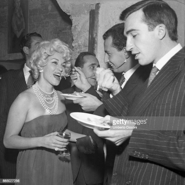 Mexican film actress Linda Christian with journalist Lello Bersani Antonio Gerini and Mario Ruspoli at the restaurant 'Rugantino' during a dinner...