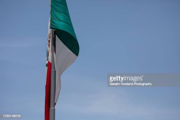 mexican flag & blue sky - ゲレーロ州 ストックフォトと画像
