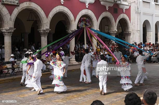 mexican folklore dancers - メリダ ストックフォトと画像