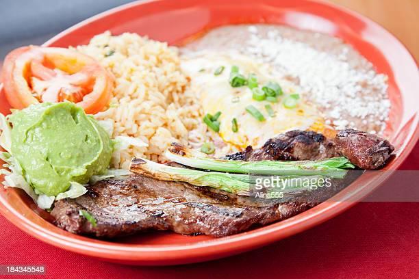 comida mexicana: carne assada servido com queijo enchilada - carne assada imagens e fotografias de stock