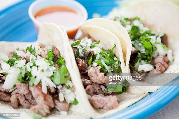 comida mexicana: três gastrónomo de vaca tacos - carne assada imagens e fotografias de stock