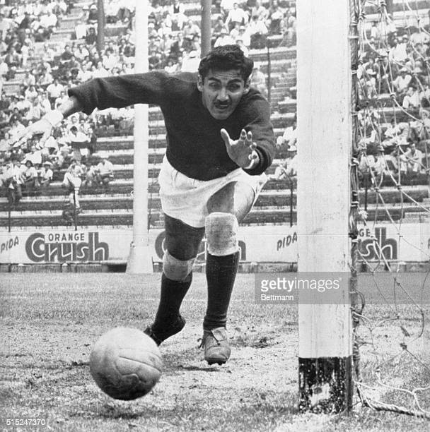 Mexican goalkeeper Antonio Carbajal