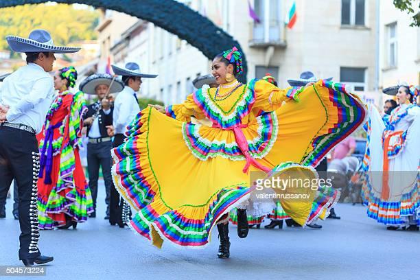 mexicana grupo participante en festival's parade - cultura mexicana fotografías e imágenes de stock