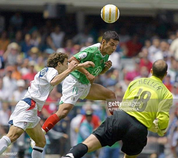 Mexican Jaime Lozano heads the ball over US Steve Cherundolo and the goalie Kasey Keller 27 March, 2005 during their FIFA World Cup Germany 2006...