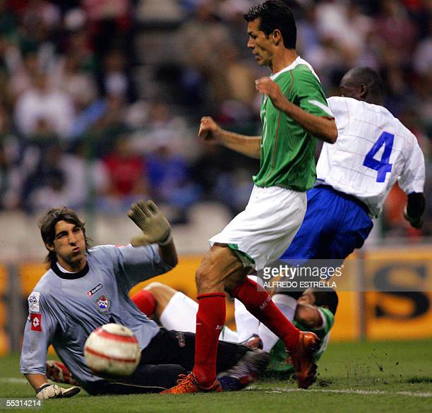 Mexican Jared Borgetti struggles for the ball with Panamanian Jaime Penedo and Anthony Jose duing their FIFA World Cup Germany 2006 Concacaf...