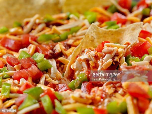 mexicana capa dip con chips de tortilla - capas superpuestas fotografías e imágenes de stock
