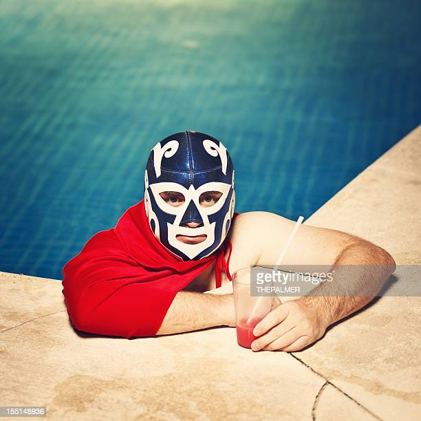 Mexikanische luchador am pool
