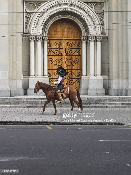 mexican man with traditional clothes riding a horse in the city - characteristic of mexico photos et images de collection