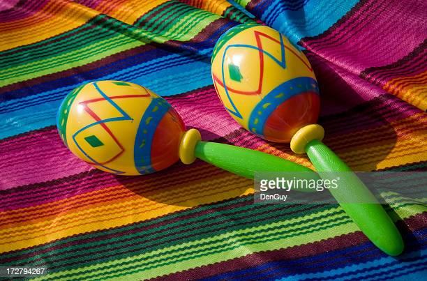 Maracas mexicaine sur fond coloré Poncho