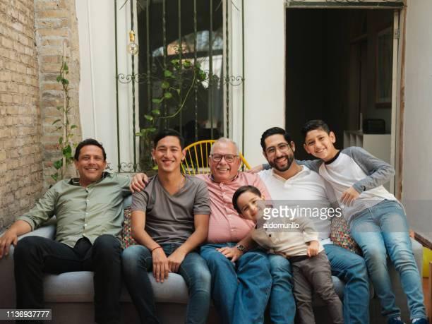 ソファの上に一緒に座ってメキシコの男性と男の子