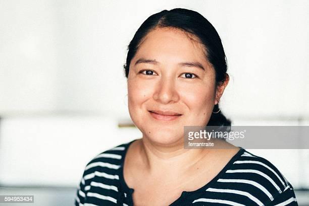 mexican mid adult woman portrait - só uma mulher de idade mediana - fotografias e filmes do acervo