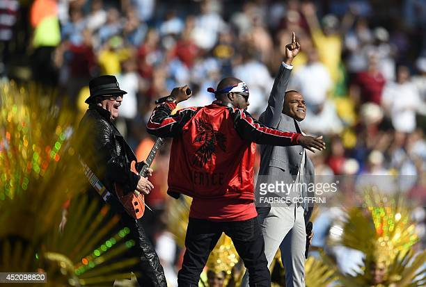 Mexican musician Carlos Santana HaitianUS musician Wyclef Jean and Brazilian singer Alexandre Pires perform during the closing ceremony prior to the...