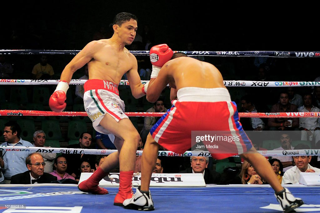 Mexican Nacihh Castillo (L) fights with Eduardo Abarca (R) at the function of boxing of Aguas Calientes on June 5, 2010 in Pachuca, Mexico.