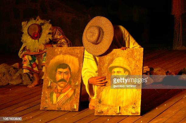 mexican peasants showing two pictures of emiliano zapata - emiliano zapata salazar fotografías e imágenes de stock