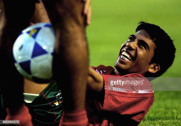Mexican player Pavel Pardo jokes with one of his teammates during practice 19 June 2001 at the San Pedro Sula Olympic Stadium Honduras El mexicano...