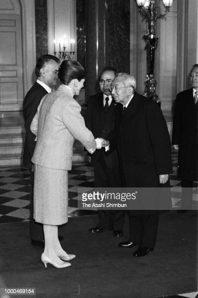 Mexican President Miguel de la Madrid and his wife Paloma are welcomed by Emperor Hirohito prior to the welcome ceremony at the Akasaka State Guest...