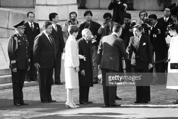 Mexican President Miguel de la Madrid and his wife Paloma attend the welcome ceremony with Emperor Hirohito at the Akasaka State Guest House on...