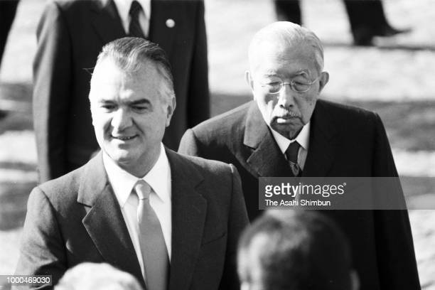 Mexican President Miguel de la Madrid attends the welcome ceremony with Emperor Hirohito at the Akasaka State Guest House on December 1 1986 in Tokyo...
