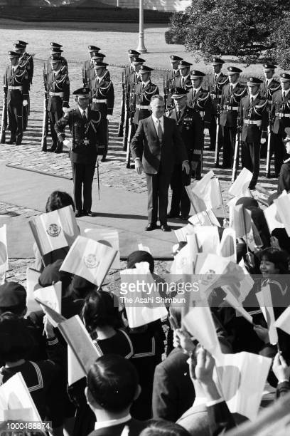 Mexican President Miguel de la Madrid reviews the honour guard during the welcome ceremony at the Akasaka State Guest House on December 1 1986 in...
