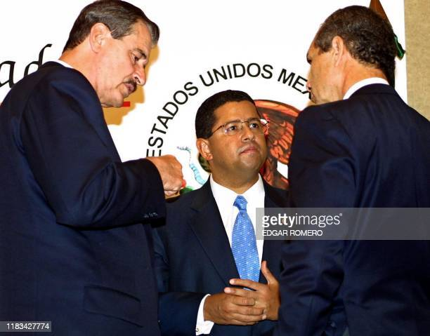 Mexican President Vicente Fox speaks with his Salvadoran counterpart Francisco Flores and Pedro Weber after the signing of a joint declaration...