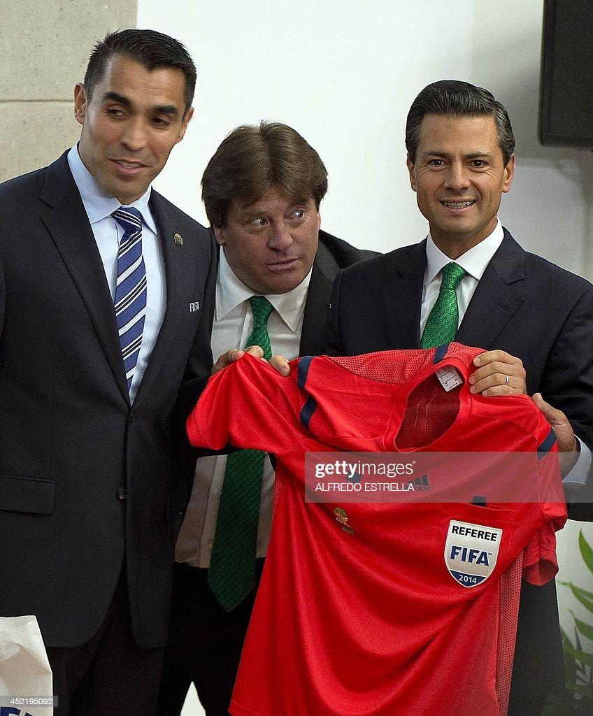 Mexican referee Marco Antonio Rodriguez (L), Mexican football team ...