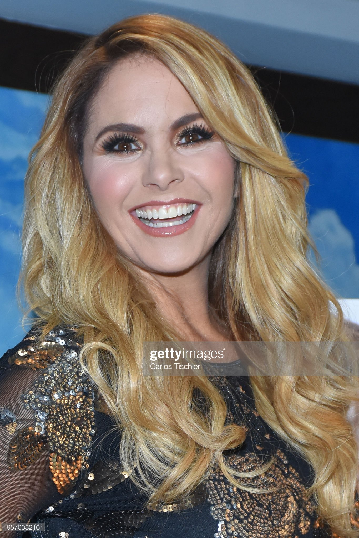 ¿Cuánto mide Lucero? (Cantante) - Altura - Real height Mexican-singer-lucero-poses-for-photos-during-the-press-conference-to-picture-id957038216?s=2048x2048