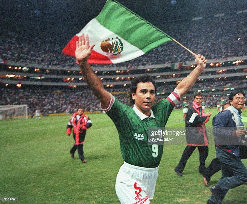 Mexican soccer player Hugo Sanchez waves to fans w : News Photo