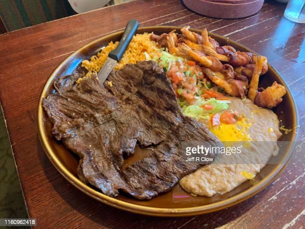 mexican spicy steak and shrimp plate - carne assada imagens e fotografias de stock