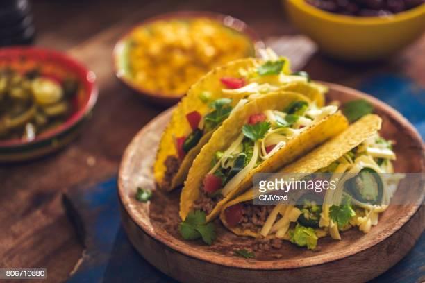 Mexikanische Tacos mit scharfer Salsa, Hackfleisch / Faschiertes und Guacamole