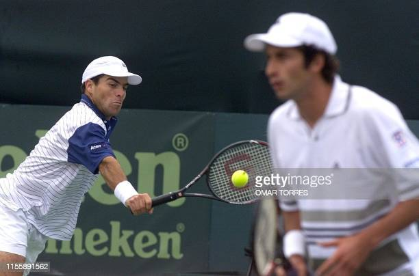 Mexican tennis players David Roditi and Alejandro Hernandez compete in a match in the Davis Cup against Venezuela AFP PHOTO/Omar TORRES Los mexicanos...