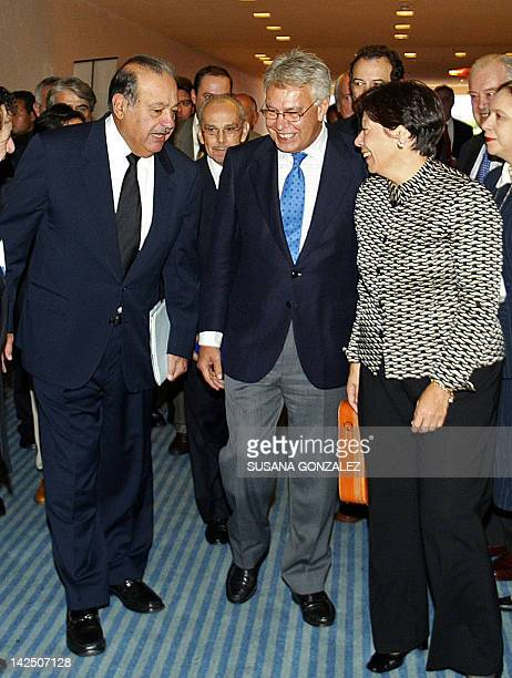Mexican tycoon Carlos Slim speaks with Spain's former president Felipe Gonzalez and the Inter American Press Society President Diana Daniels during a...
