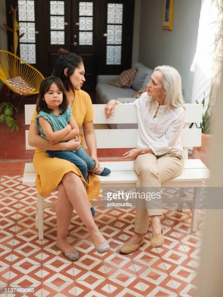 mexicaanse vrouwen zitten met een gesprek - nosotroscollection stockfoto's en -beelden