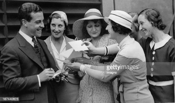 Mexican-US-american actor Ramon Novarro with female fans in London. About 1935. Photograph. Der mexikanisch-US-amerikanische Schauspieler Ramón...