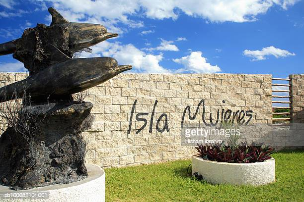 mexico, cancun, isla mujeres, dolphin sculpture by welcome sign - isla mujeres ストックフォトと画像