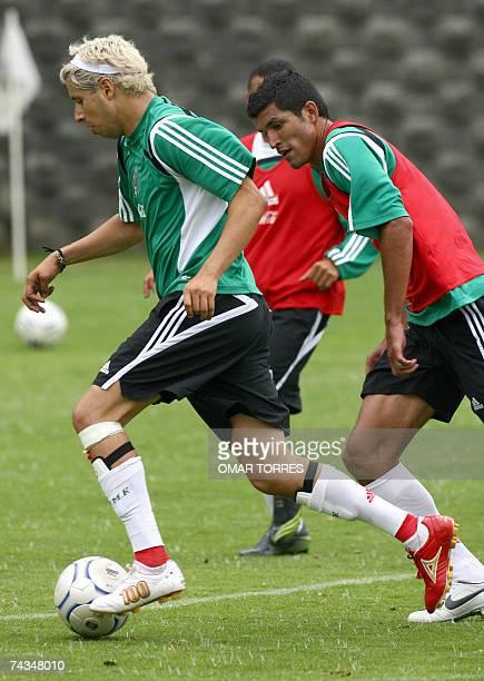 Adolfo Bautista y Francisco Rodriguez de la seleccion mexicana de futbol participan de un entrenamiento en Ciudad de Mexico el 28 de mayo de 2007...