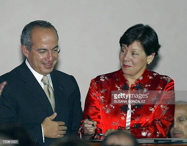 Diana Daniels president of assembly of the Inter American Pess sign an agreement on media rights with Mexican presidentelect Felipe Calderon during...