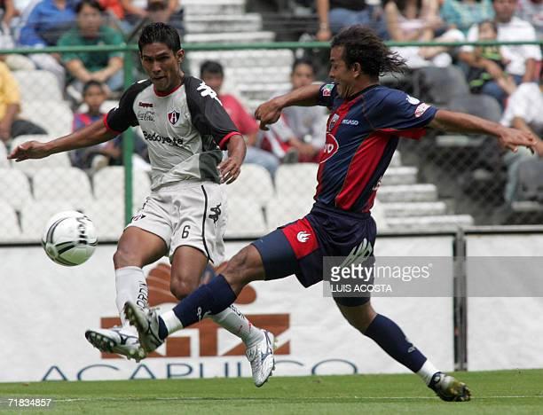 Eduardo Regis de Atlas disputa el balon con Juan Valenzuela de Atlante en partido correspondiente a la 7ta fecha del Torneo Apertura 2006 del futbol...
