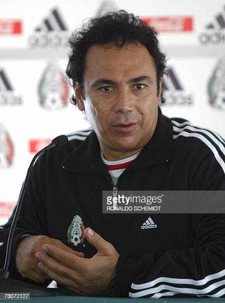 El director tecnico de la seleccion de Mexico Hugo Sanchez habla durante una conferencia de prensa al termino de un entrenamiento en la ciudad de...
