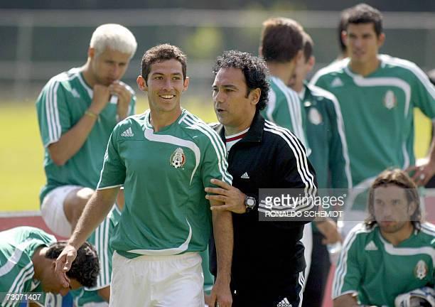 El entrenador de la seleccion mexicana de futbol Hugo Sanchez dialoga con el jugador Israel Castro durante un entrenamiento en la ciudad de Mexico el...