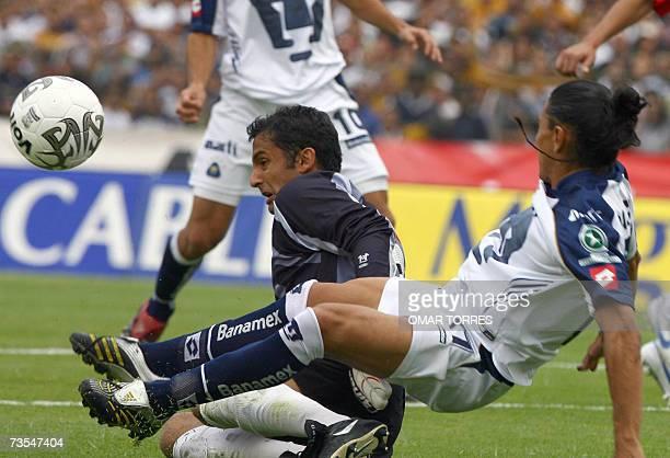 El portero de Chivas de Guadalajara Luis Michel intercepta la entrada de Francisco Palencia de Pumas de la UNAM en juego de la novena jornada el...