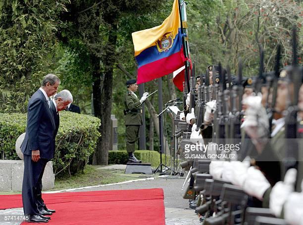 El presidente de Ecuador, Alfredo Palacios y su homologo Vicente Fox de Mexico, rinden honor a las banderas de ambos paises durante la ceremonia de...