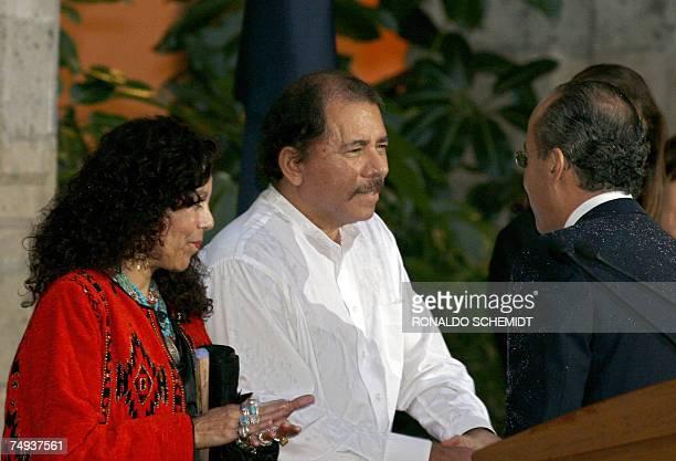 El presidente de Nicaragua, Daniel Ortega acompanado por su esposa Rosario Murillo , saludan al presidente de Mexico Felipe Calderon en la ceremonia...