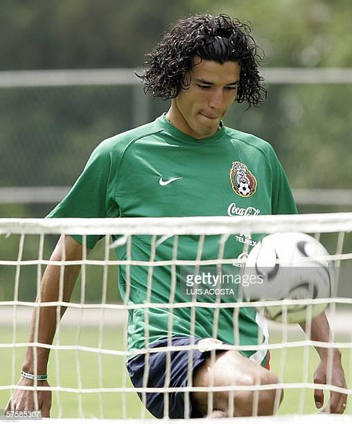 Francisco Rodriguez domina el balon durante un entrenamiento con miras a la Copa Mundial FIFA Alemania 2006 en Ciudad de Mexico el 08 de mayo de 2006...