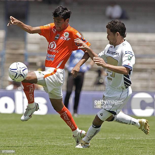 Gerardo Galindo de Pumas disputa el balon con Luis Sandoval de Jaguares en partido de la 13ra fecha del Torneo Clausura 2006 del futbol mexicano en...