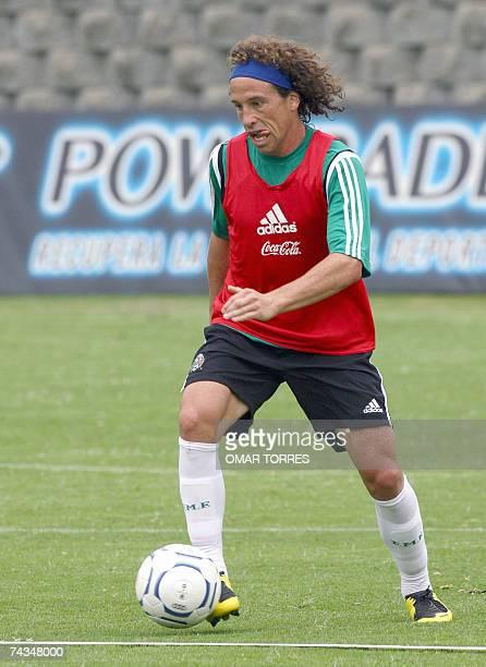 Gerardo Torrado de la seleccion mexicana de futbol participa de un entrenamiento en Ciudad de Mexico el 28 de mayo de 2007 Mexico se prepara para...