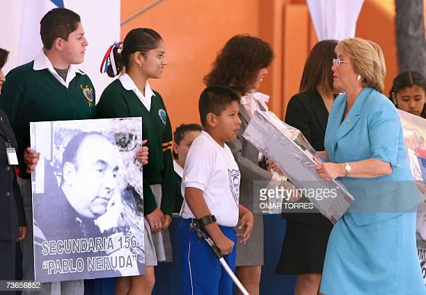 La presidenta de Chile, Michelle Bachelet durante una donacion de libros y material didactico a la escuela Pablo Neruda de Ciudad de Mexico el 21 de...