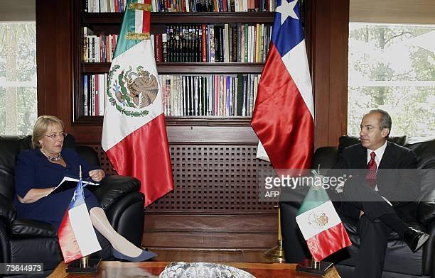 La presidenta de Chile, Michelle Bachelet , junto al presidente de Mexico Felipe Calderon , hablan durante la reunion privada que mantuvieron el 20...