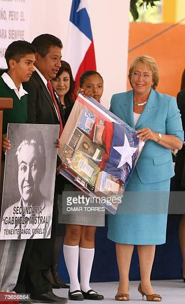 La presidente de Chile Michelle Bachelet posa junto a estudiantes y funcionarios de la escuela Pablo Neruda, durante una visita en la que dono libros...