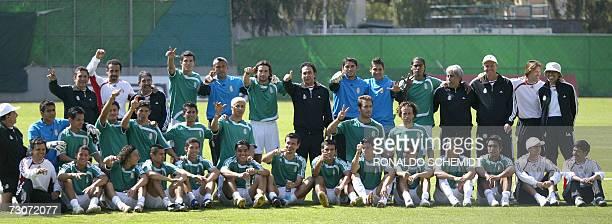 La seleccion mexicana de futbol entrenador jugadores y utileros al finalizar un entrenamiento en la ciudad de Mexico el 22 de enero 2007 Este es el...