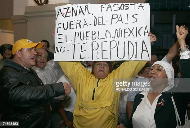 Mexicanos se manifiestan en un hotel de Ciudad de Mexico, en contra de la visita del ex presidente espanol Jose Maria Aznar a este pais, el 17 de...